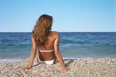 Relaxamento pelo mar imagens de stock