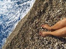 Relaxamento perto da borda das águas Imagens de Stock