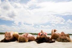 Relaxamento sob o céu nebuloso Imagens de Stock Royalty Free
