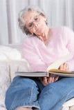 Relaxamento superior fêmea ativo no sofá fotografia de stock royalty free
