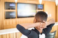 Relaxando, HDTV de observação fotografia de stock