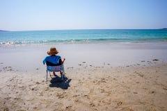 Relaxando na praia e em apreciar o seascape em ALanzada, Espanha imagens de stock