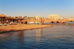 Relaxando na praia em Hurghada, Egito Imagens de Stock