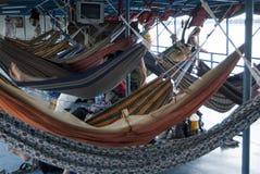 Relaxando na rede, os pés nude fecham-se acima foto de stock royalty free