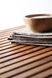 Relaxando o sal de banho no copo de madeira para o bem-estar, copie o espaço Imagem de Stock
