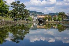 Relaxando por um lago em Nara, Jap?o imagens de stock