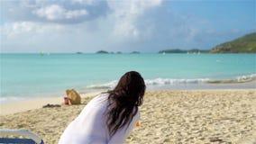 Relaxar e apreciar em férias de verão, mulher que encontra-se dentro sunbed na praia Movimento lento filme