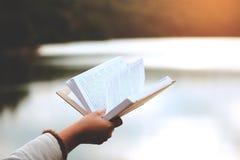 Relaxar momentos, jovens mulheres que abrem e livro de leitura aprecia do resto exterior com conceito das férias de verão foto de stock royalty free