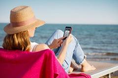 Relaxar na praia fotografia de stock royalty free