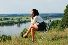 Relaxation attrayante de jeune dame Photographie stock libre de droits
