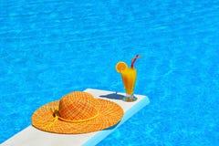Relaxation au ppol de natation photos libres de droits