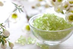 Relaxation avec du sel de bain photos stock