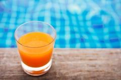 Relaxation avec le jus d'orange au Poolside en été, Tur bleu photo libre de droits