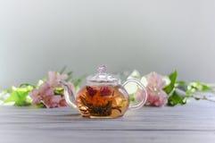 Relaxation avec un thé detoxing vert Photographie stock libre de droits