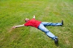 Relaxation d'homme sur une herbe verte images libres de droits