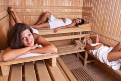 Relaxation dans le sauna Image libre de droits