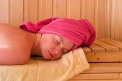 Relaxation dans le sauna Photographie stock libre de droits
