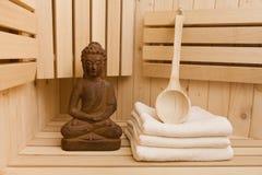 Relaxation dans le sauna image stock