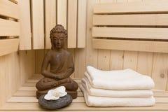 Relaxation dans le sauna images libres de droits