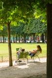 Relaxation dans les jardins de Tuileries image libre de droits