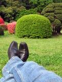 Relaxation dans les jardins japonais Photographie stock