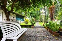 Relaxation dans un jardin. photos stock