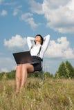 Relaxation de femme de Beautyful photo stock