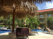 Relaxation de piscine images libres de droits