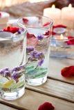 Relaxation de station thermale avec des bougies et des roses Image stock