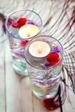 Relaxation de station thermale avec des bougies et des roses Images libres de droits