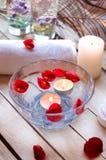 Relaxation de station thermale avec des bougies et des roses Photo stock