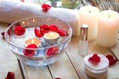 Relaxation de station thermale avec des bougies et des roses Photographie stock