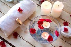 Relaxation de station thermale avec des bougies et des roses Photo libre de droits