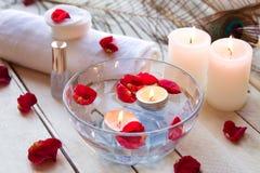 Relaxation de station thermale avec des bougies et des roses Images stock