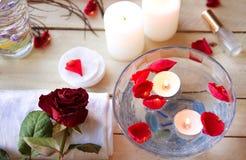 Relaxation de station thermale avec des bougies et des roses Photos libres de droits