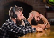 Relaxation de vendredi dans la barre Homme barbu de hippie dépenser des loisirs au compteur de barre Boissons d'ordre au compteur photo libre de droits