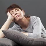 Relaxation de zen pour la belle femme 50s sereine faisant une sieste Images libres de droits