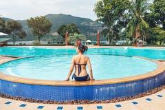 Relaxation insouciante de femme dans le concept de vacances d'?t? de piscine photos libres de droits