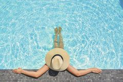 Relaxation insouciante de femme dans le concept de vacances d'?t? de piscine images stock