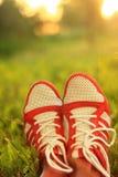 Relaxation jambes de fille d'espadrilles de la jeunesse sur l'herbe, jour ensoleillé, regard d'instagram Photos stock