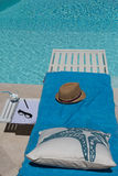 Relaxation latérale de piscine Image stock