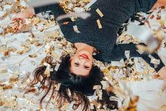 Relaxation libre de confettis de lit de brune de partie seulement images stock