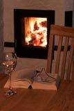 Relaxation par la cheminée photographie stock