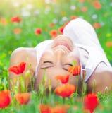 Relaxation sur le gisement de fleur de pavot Photos stock