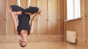 Relaxation sur le yoga anti-gravité la jeune femelle détend sur l'hamac banque de vidéos