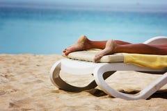 Relaxation sur une plage Photographie stock libre de droits