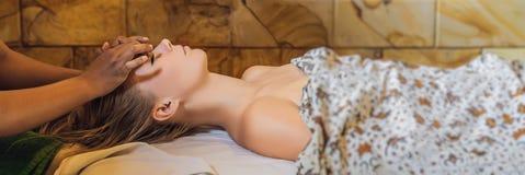 Relaxation totale Beau jeune Wwoman obtiennent le Balinese ou la BANNIÈRE thaïlandaise de massage, LONG FORMAT images stock
