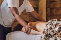 Relaxation totale Beau jeune Wwoman obtiennent le Balinese ou le massage thaïlandais image stock