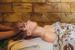 Relaxation totale Beau jeune Wwoman obtiennent le Balinese ou le massage thaïlandais photos stock
