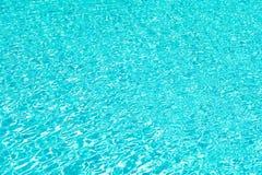 Relaxation totale L'eau ondul?e de piscine Fond d'eau de mer Ondes d'eau bleue la vie de plage de Malibu sous-marin photo libre de droits